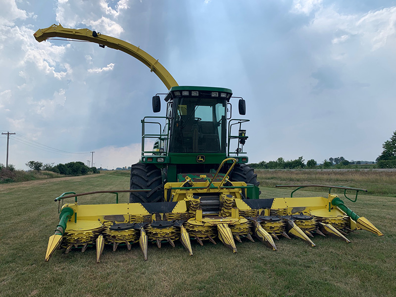 2003 JOHN DEERE 7500 FORAGE HARVESTER WITH 8 ROW CORN HEAD