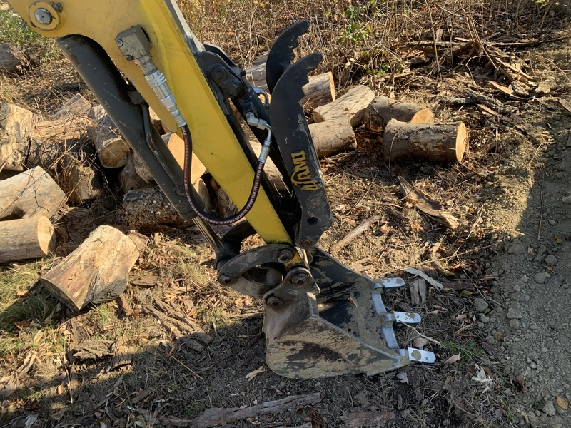 Gehl 223 mini excavator with hydraulic thumb