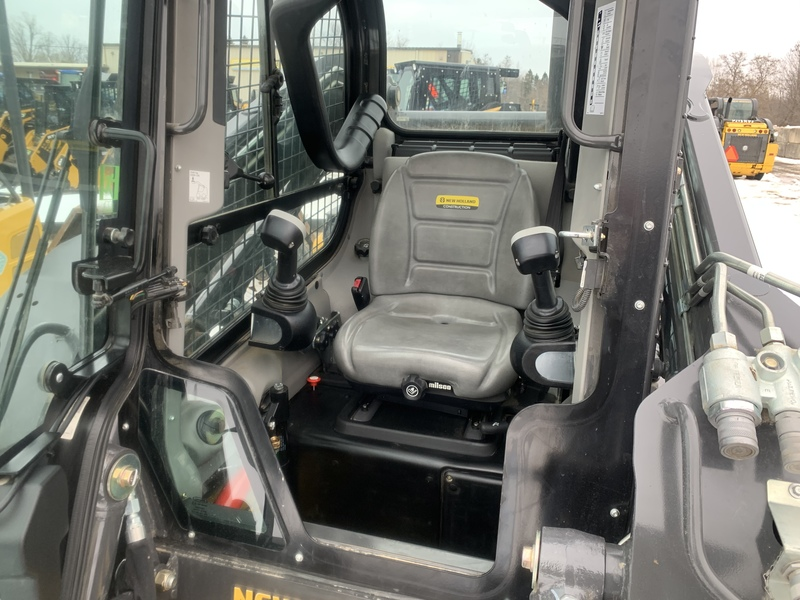 New Holland L223 skid steer - only 129 hrs !